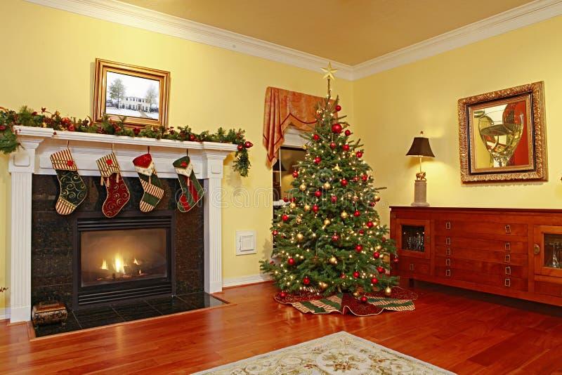 Comfortabel Huis met Kerstboom royalty-vrije stock foto's