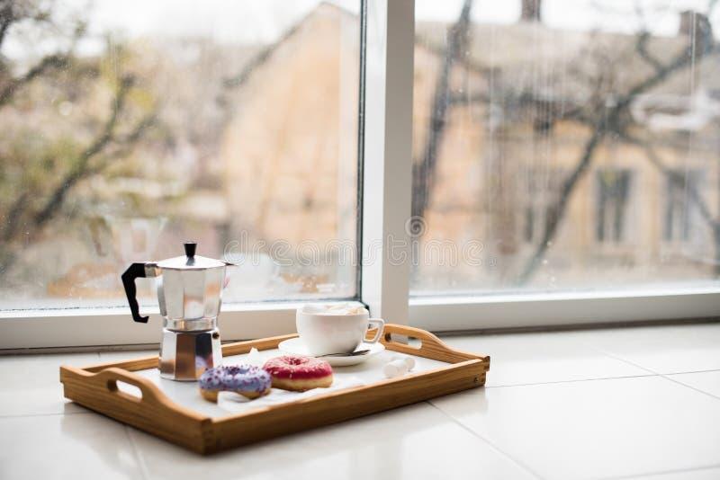 Comfortabel huisweekend, koffie en snoepjes stock foto's
