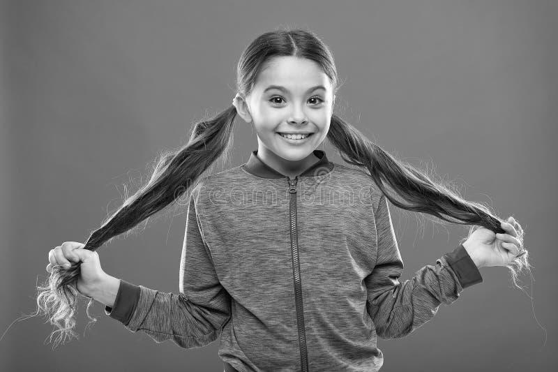 Comfortabel kapsel voor actieve levensstijl Charmante schoonheid Sterk en gezond haarconcept Hoe te om krullend haar te behandele stock fotografie