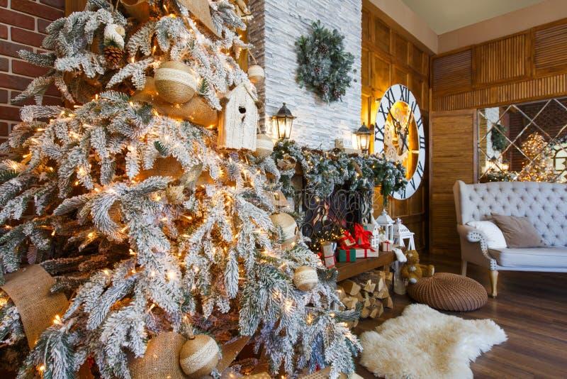 Comfortabel Kerstmisbinnenland met spar en open haard royalty-vrije stock afbeelding