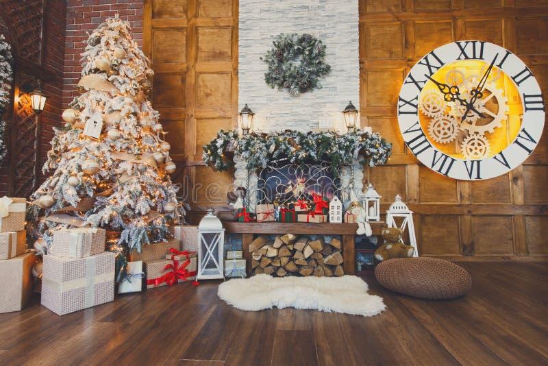 Comfortabel Kerstmisbinnenland met spar en open haard stock fotografie