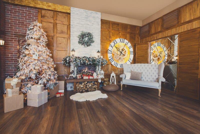 Comfortabel Kerstmisbinnenland met spar en open haard stock afbeeldingen