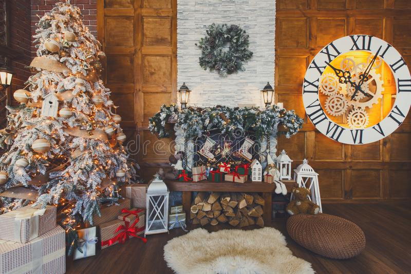 Comfortabel Kerstmisbinnenland met spar en open haard royalty-vrije stock foto's