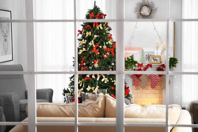 Comfortabel Kerstmisbinnenland van woonkamer met mooie spar stock foto