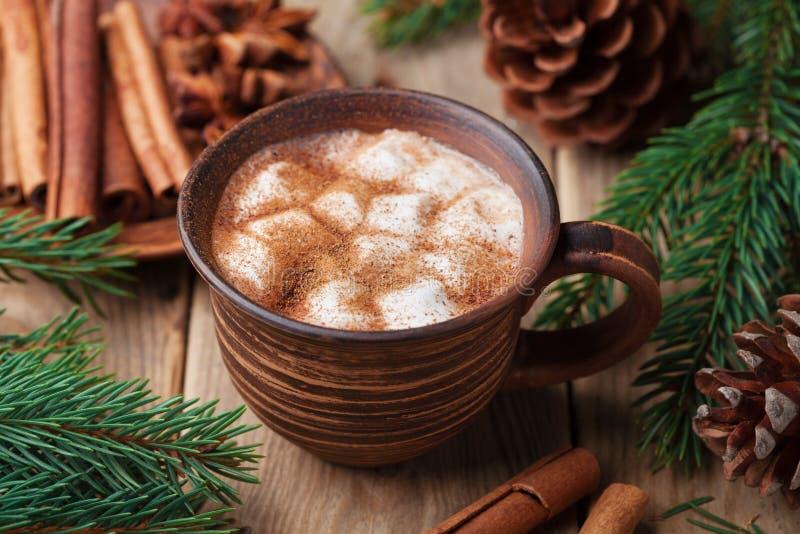 Comfortabel Kerstmisstilleven Kop van hete cacao met heemst en kaneel op rustieke houten lijst royalty-vrije stock afbeeldingen