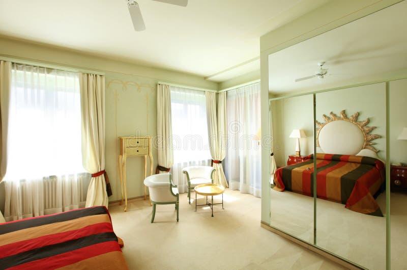 Comfortabel kostuum, slaapkamer stock foto