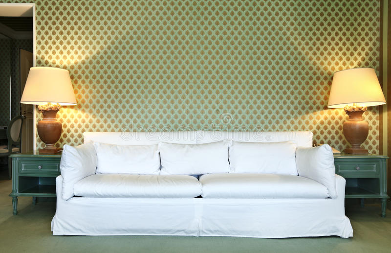 Comfortabel kostuum, witte divan stock fotografie