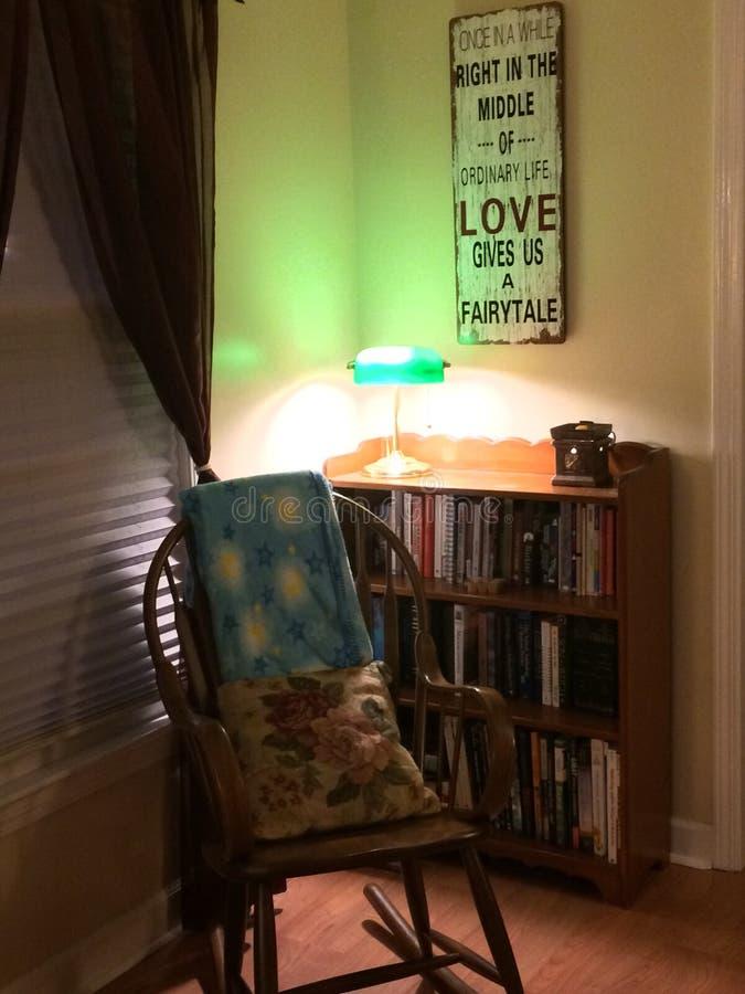Comfortabel lezingshoekje in huisbibliotheek royalty-vrije stock fotografie