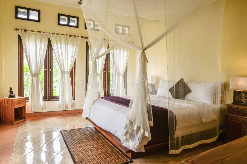 Comfortabel luifelbed in slaapkamer stock foto