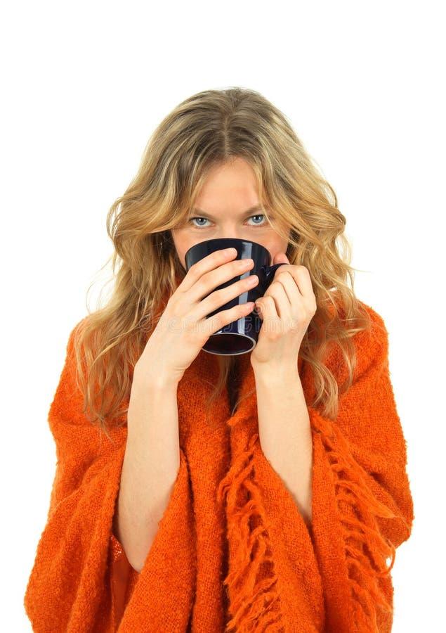 Comfortabel meisje dat van een kop thee geniet royalty-vrije stock afbeelding