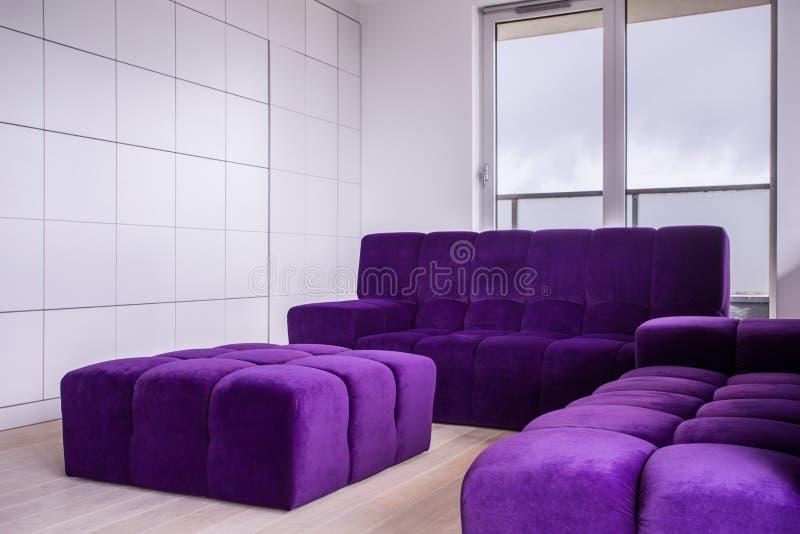Comfortabel meubilair in woonkamer stock afbeelding