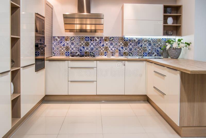 comfortabel modern keukenbinnenland met meubilair stock foto