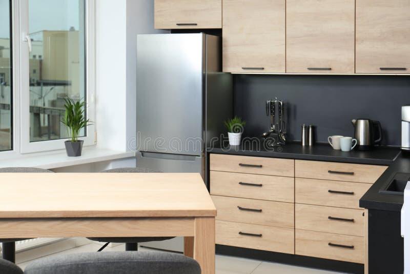 Comfortabel modern keukenbinnenland met nieuw meubilair stock afbeeldingen