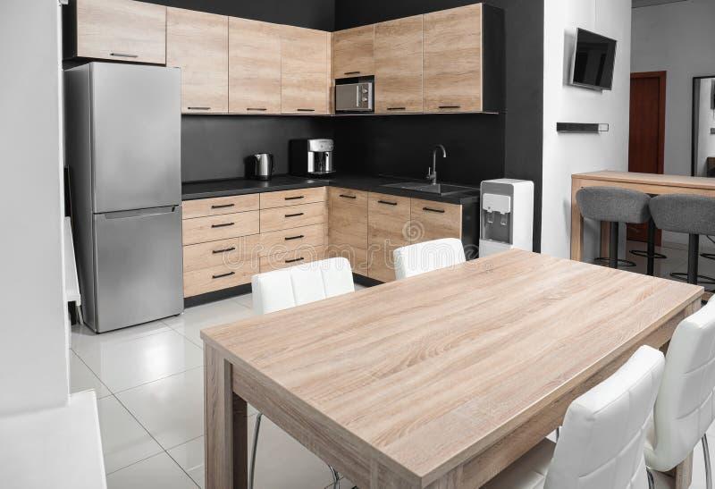 Comfortabel modern keukenbinnenland met nieuw meubilair royalty-vrije stock foto