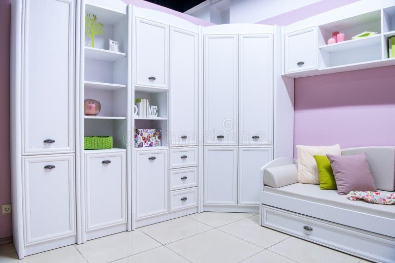 comfortabel modern woonkamerbinnenland met kast royalty-vrije stock foto