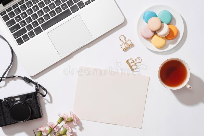 Comfortabel ochtendontbijt met pastelkleur kleurrijke macarons of makaron royalty-vrije stock foto's