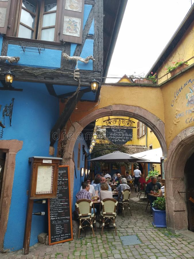 Comfortabel restaurant in de binnenplaats van een typisch Elzassisch huis royalty-vrije stock fotografie