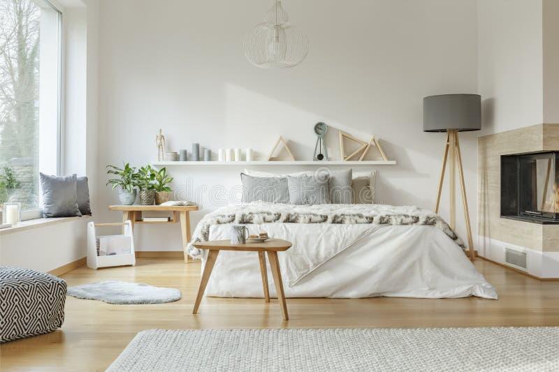 Comfortabel, ruim slaapkamerbinnenland stock foto's