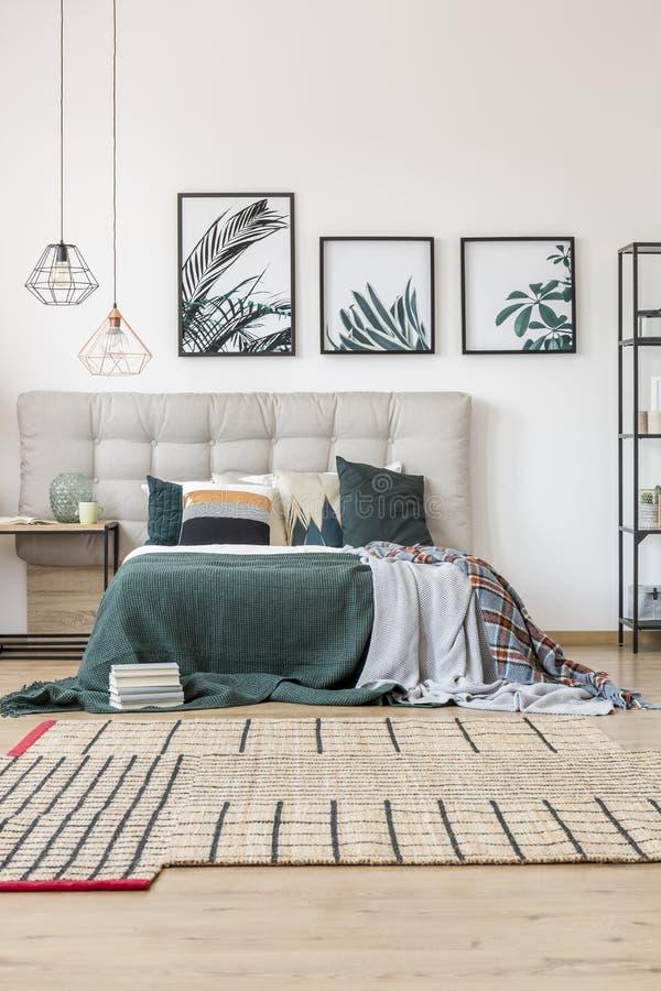 Comfortabel slaapkamerbinnenland royalty-vrije stock afbeelding