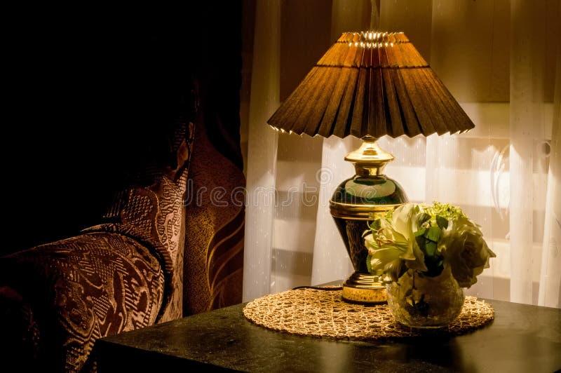 Comfortabel slaapkamerbinnenland met bedlamp royalty-vrije stock foto's