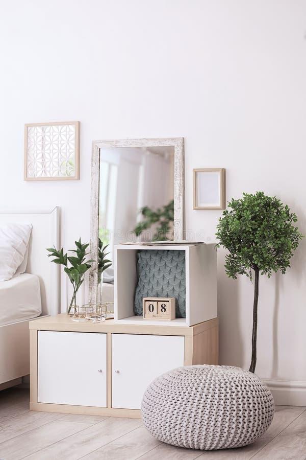 Comfortabel slaapkamerbinnenland met het opschorten van gebruikte eenheid royalty-vrije stock foto