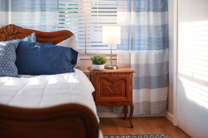 Comfortabel slaapkamerdecor in grijs, wit en blauw palet stock foto's