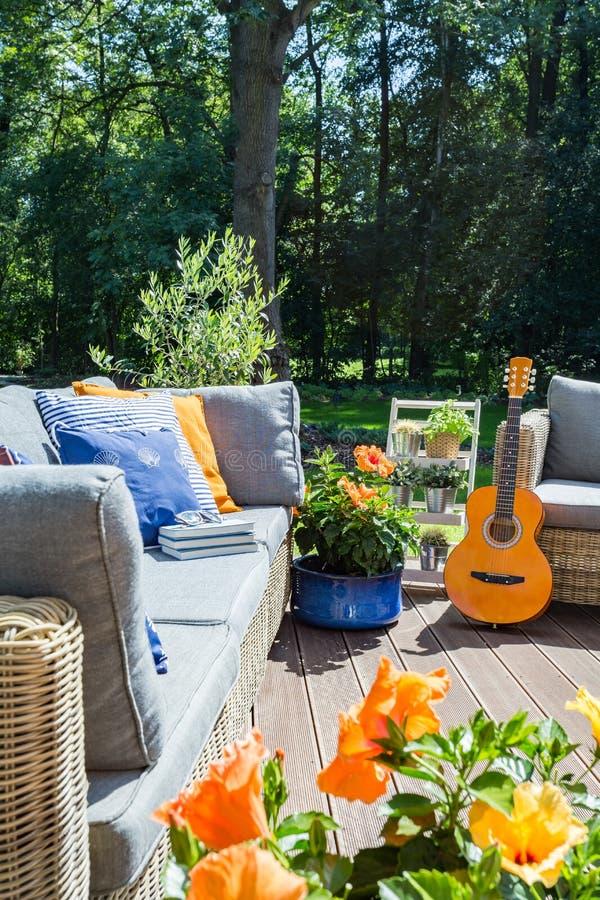 Comfortabel terras met bloemen en gitaar royalty-vrije stock foto's
