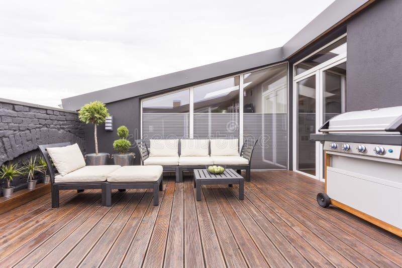 Comfortabel terras met houten vloer royalty-vrije stock fotografie