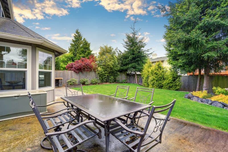 Comfortabel terrasgebied met concrete vloer en lijstreeks stock foto