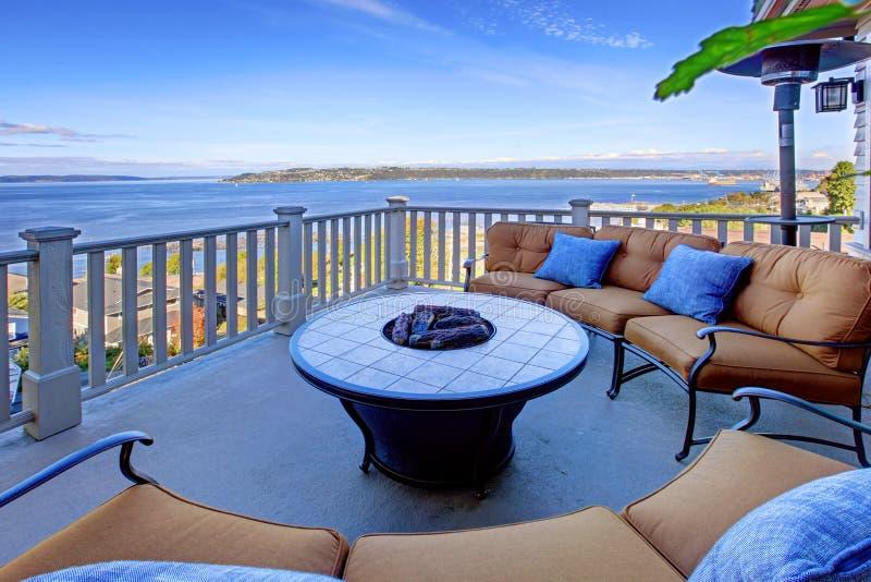 Comfortabel terrasgebied met Puget Sound-mening Tacoma, WA royalty-vrije stock afbeelding