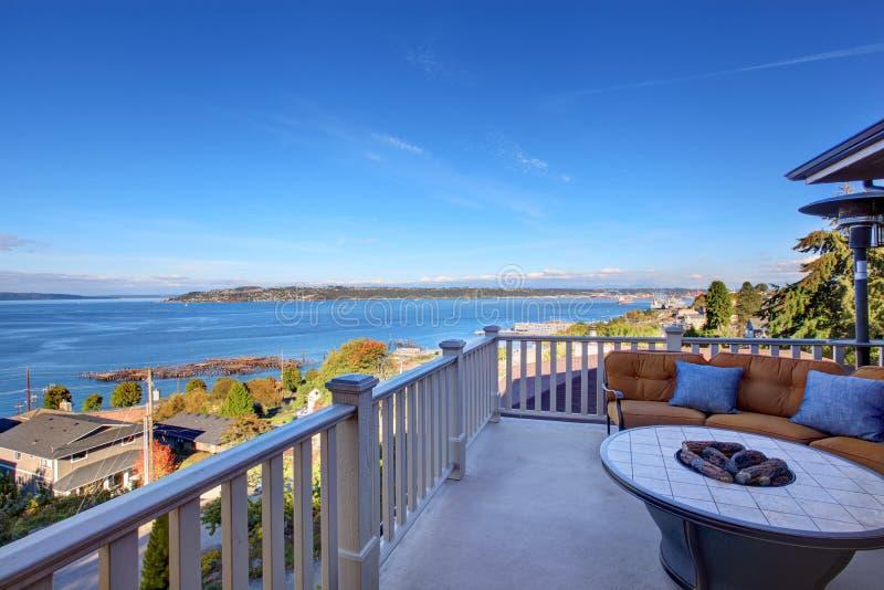 Comfortabel terrasgebied met Puget Sound-mening Tacoma, WA stock afbeelding