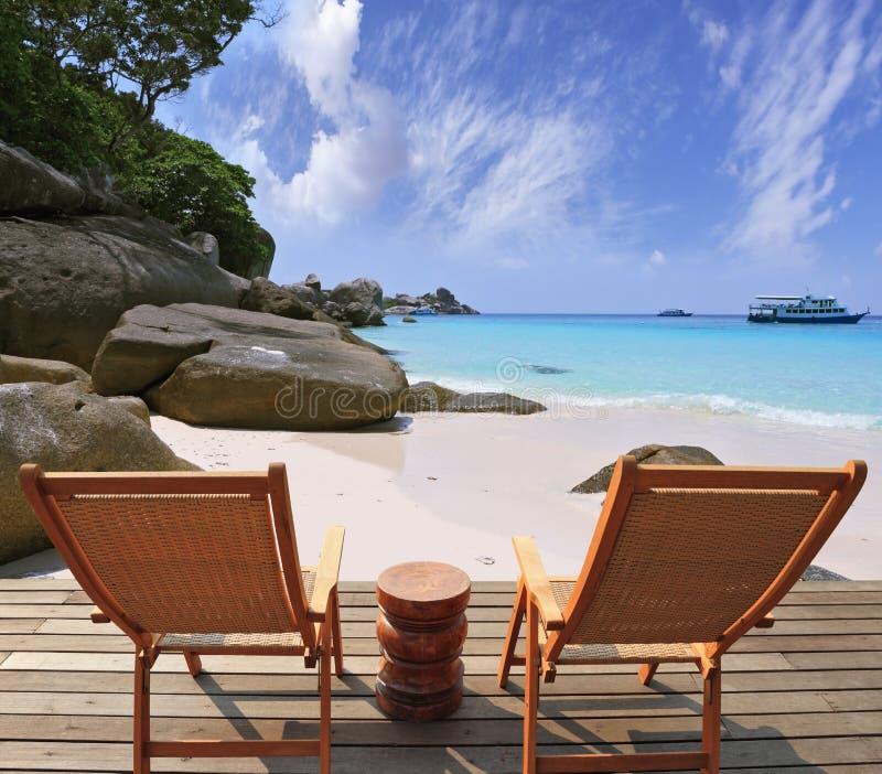Comfortabel verblijf op het strand stock foto