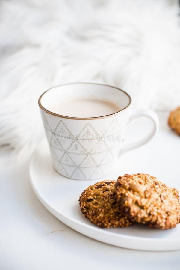 Comfortabel weekendontbijt met bontdeken, kop van koffie en koekjes op ceramisch dienblad stock foto