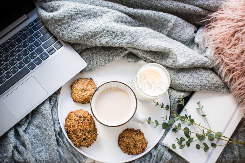 Comfortabel weekendontbijt met kop koffie en koekjes op ceramisch dienblad stock foto's