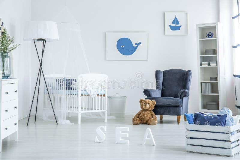 Comfortabel wit en blauw kinderdagverblijf royalty-vrije stock fotografie