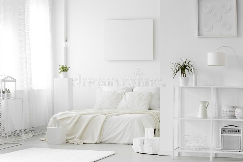 Comfortabel, wit slaapkamerbinnenland stock foto