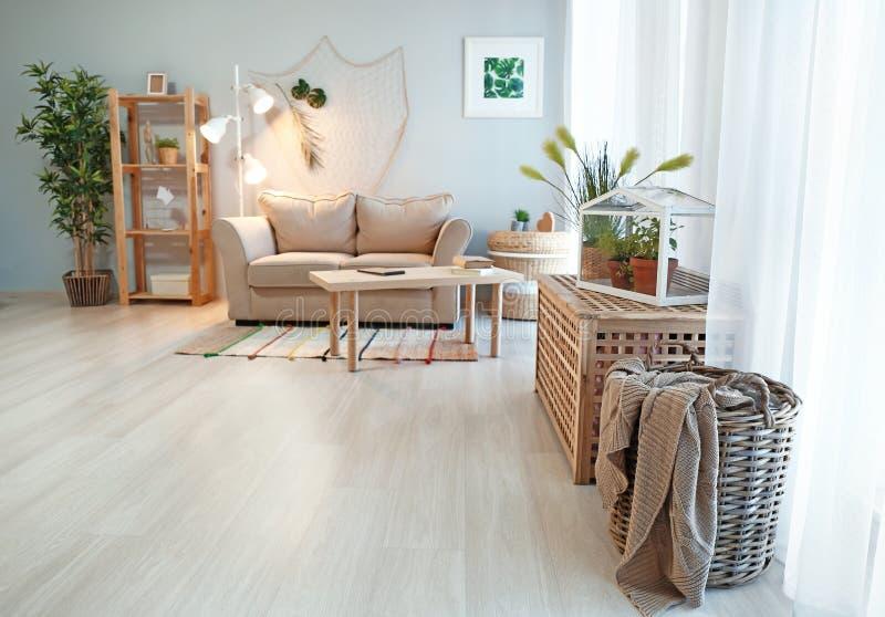 Comfortabel woonkamerbinnenland in ecostijl met comfortabel meubilair en groene installaties royalty-vrije stock afbeelding