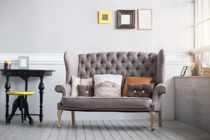 Comfortabel woonkamerbinnenland in grijze kleuren stock foto