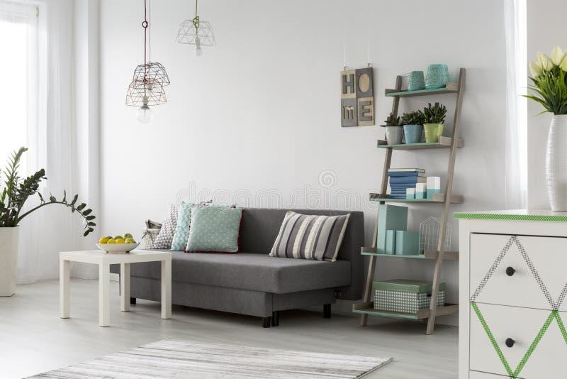Comfortabel woonkamerbinnenland met modieuze lampen stock foto's