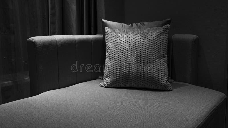 Comfortabele bank en zacht hoofdkussen voor rust royalty-vrije stock afbeeldingen