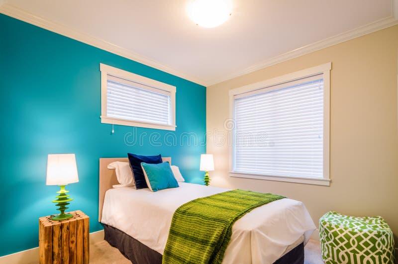 Comfortabele blauwe en groene slaapkamer Binnenlands ontwerp stock fotografie