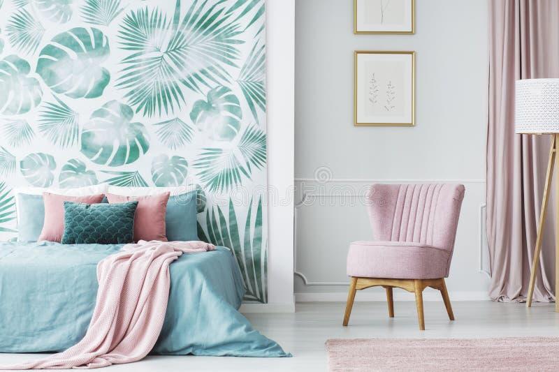 Comfortabele bleek - roze beklede stoel royalty-vrije stock foto's