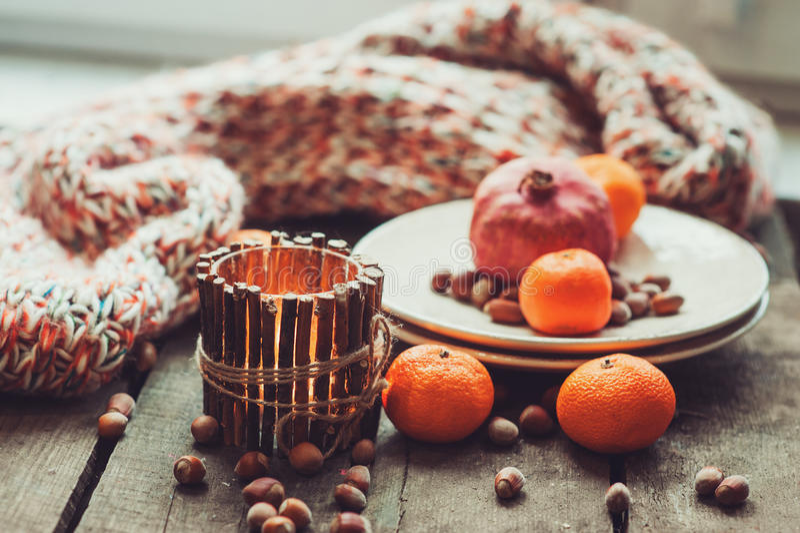 Comfortabele de winterochtend thuis met vruchten, noten en kaarsen royalty-vrije stock afbeelding