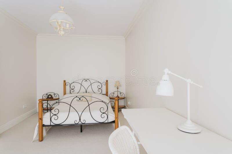 Comfortabele en minimalistische slaapkamer royalty-vrije stock fotografie