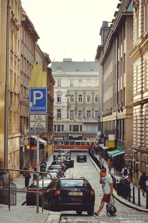 Comfortabele en mooie toeristenstraat van oude architectuur geparkeerde auto's royalty-vrije stock foto's