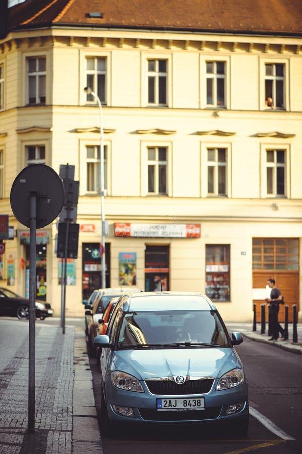 Comfortabele en mooie toeristenstraat van oude architectuur geparkeerde auto's royalty-vrije stock foto