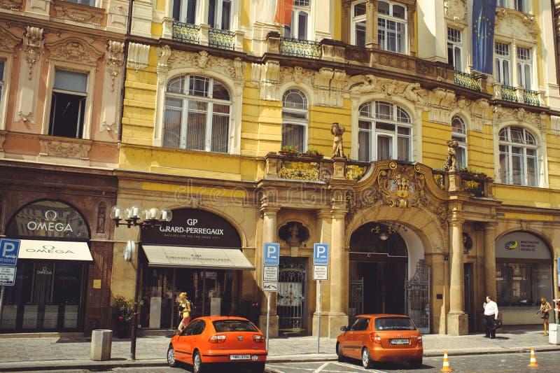 Comfortabele en mooie toeristenstraat van oude architectuur geparkeerde auto's stock afbeelding