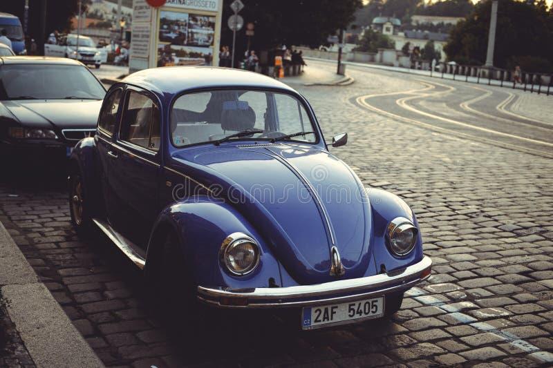 Comfortabele en mooie toeristenstraat van oude architectuur geparkeerde auto's stock fotografie