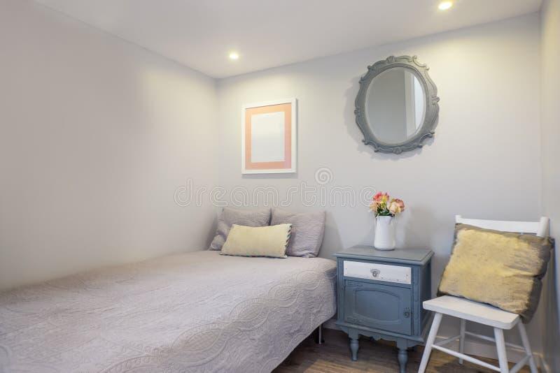Comfortabele en Verse Enige Slaapkamer stock afbeelding