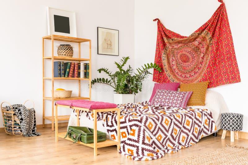 Comfortabele etnische slaapkamer stock afbeeldingen